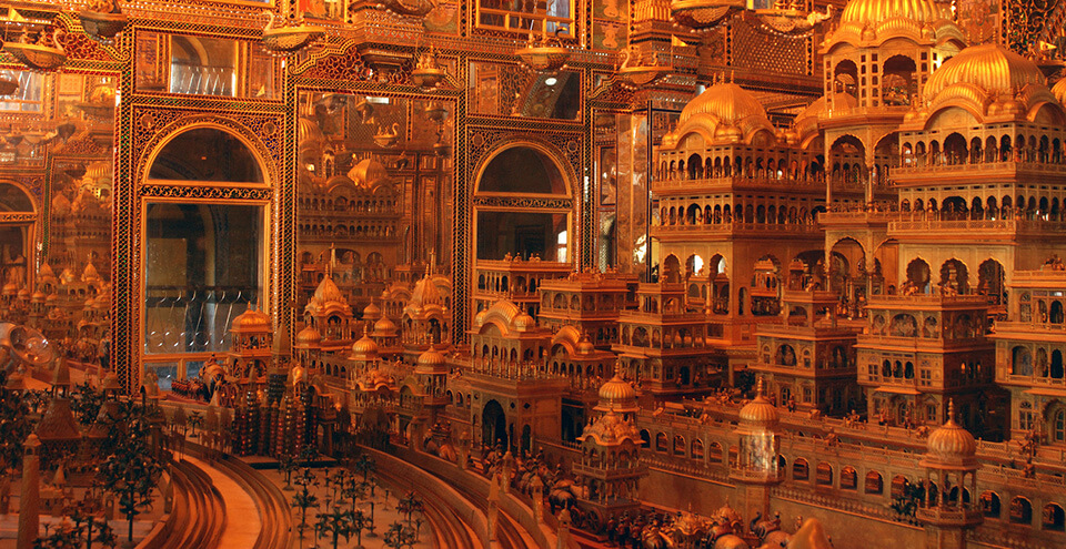 古代の街を再現した黄金のジオラマ。インド、ラジャスターン州アジュメールの寺院